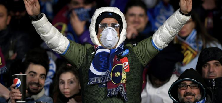 Aficionado en el encuentro entre Napoli - Barça