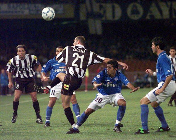 Zinedine Zidane con el dorsal 21 en un partido Napoles-Juventus en el año 2000