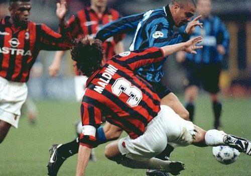 Paolo Maldini defendiendo a Ronaldo Nazario con el dorsal 3