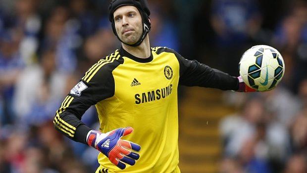 Petr-Cech-portero-Chelsea-casco