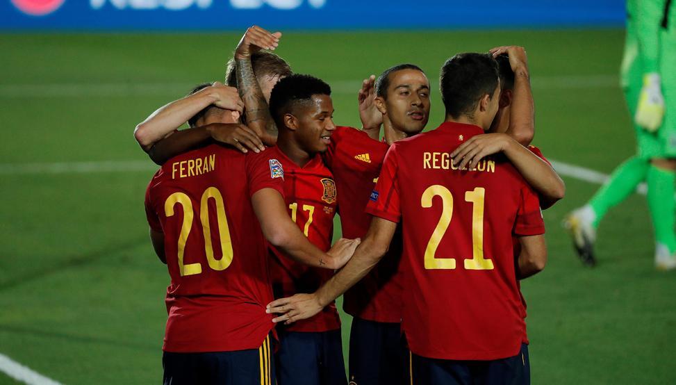 Los más jóvenes de la selección española celebrando un gol en la UEFA Nations League.