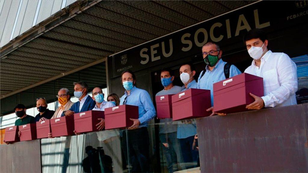 Los líderes de Més que una Moció delante de la Sede Social del club.