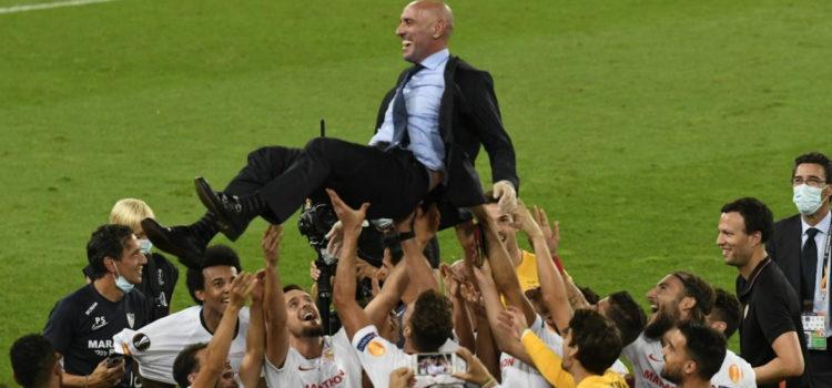 Monchi siendo manteado por la plantilla del sevilla tras ganar la sexta UEFA Europa League