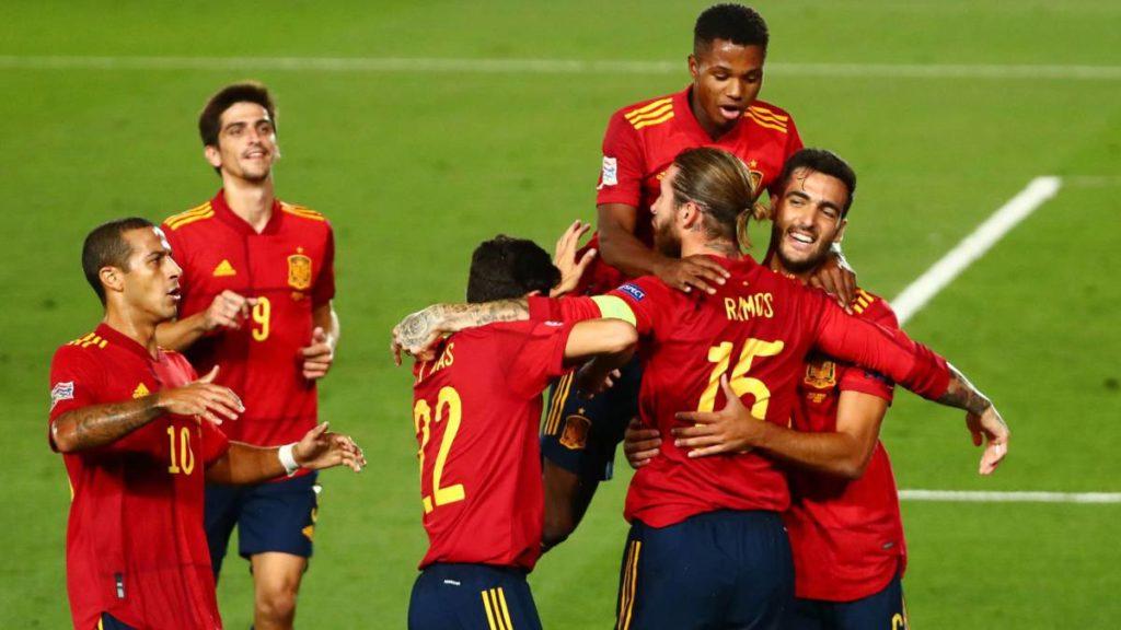 La selección española haciendo piña para celebrar un gol de Sergio Ramos.