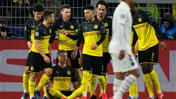 Haaland celebrando su gol con el Dortmund en Champions League junto al resto del equipo.