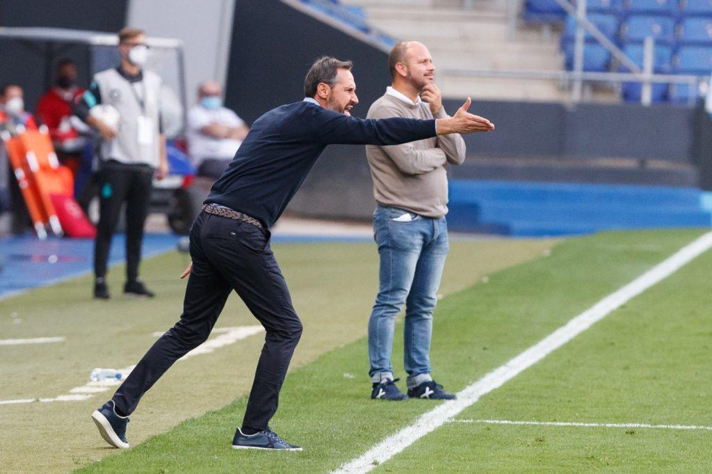 Vicente Moreno, entrenador del Espanyol, dando indicaciones.  Al fondo José Alberto, entrenador del Mirandés.