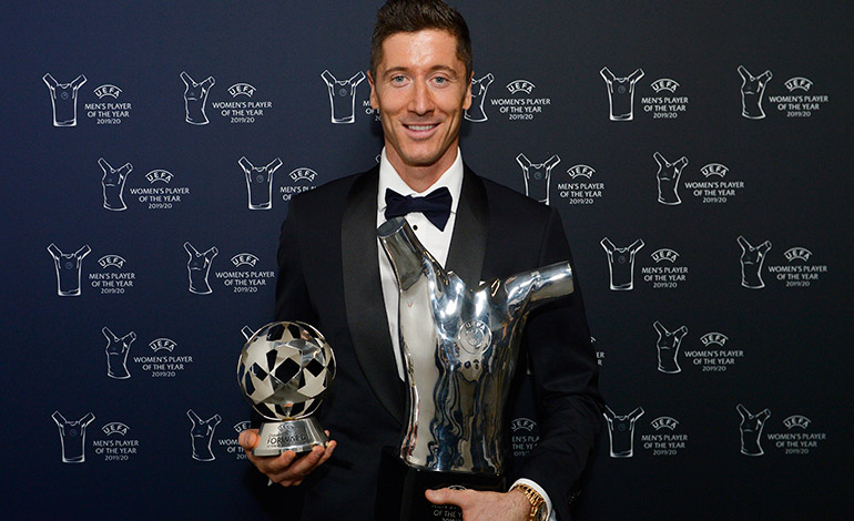 Robert Lewandowski con el premio de mejor delantero y mejor jugador de la UEFA.