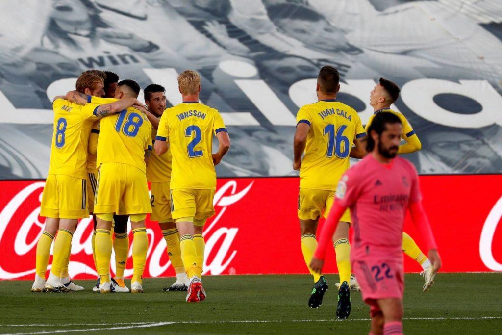 El Cadiz celebrando el gol de Choco Lozano en la victoria frente al Real Madrid por 0-1. En camino de la salvación.
