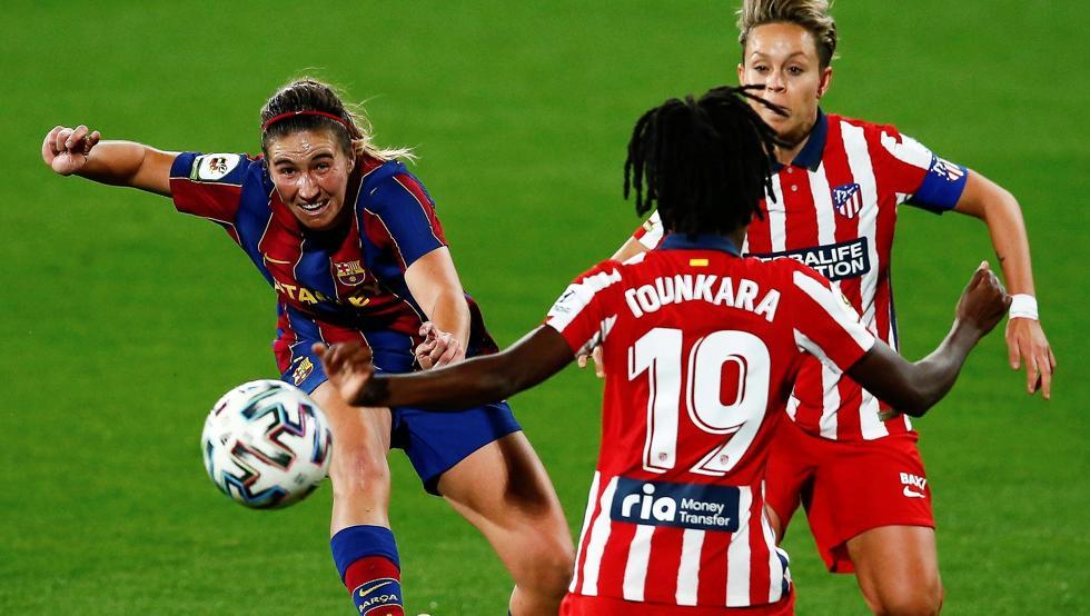 El balón golpeando en la mano de Tounkara tras el disparo  de Patri Guijarro. Liga Iberdrola.