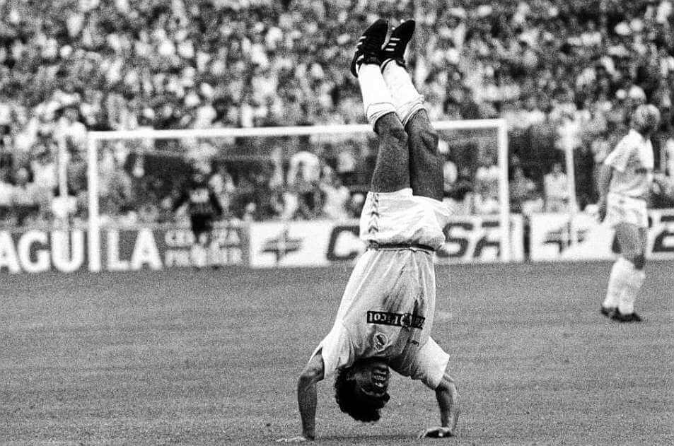 Hugo Sánchez haciendo su famosa voltereta de celebración.