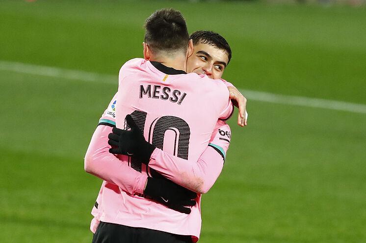 Messi y Pedri celebrando un gol del argentino a pase de taco del canario frente al Real Valladolid.