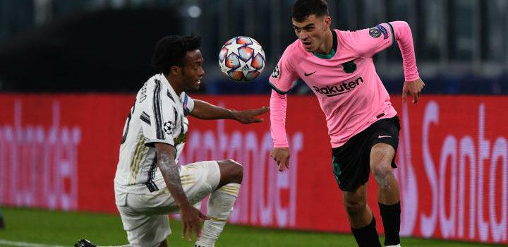 Pedri regateando a Cuadrado en el Juventus Barça de la fase de grupos de la Champions League 2020/21