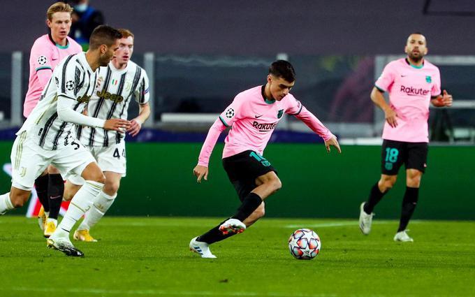 Pedri controlando el balón frente a la Juventus en Turín.