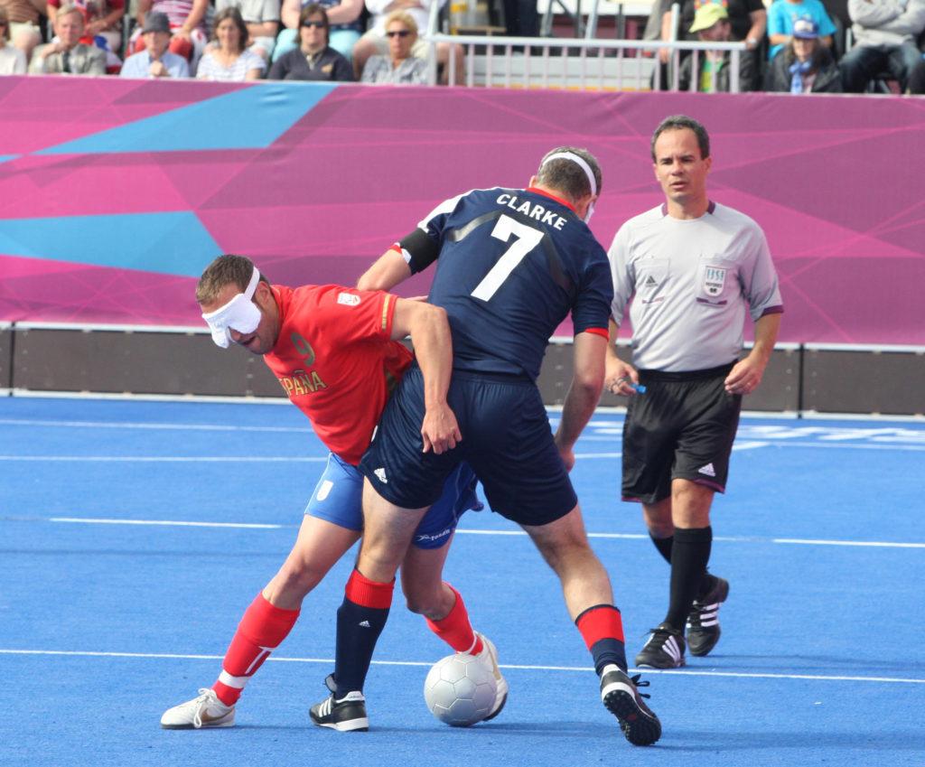 Los equipos paralímpicos de España - Gran Bretaña en la categoría B1 de futbol sala para discapacitados visuales.