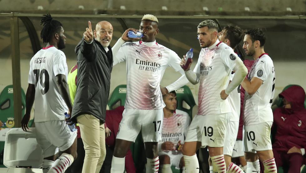 Stefano Pioli, entrenador del conjunto rossoneri, da órdenes a Rafael Leao y Theo Hernández.Fuente: Head Topics