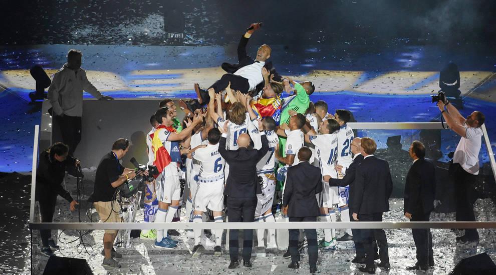 Zinedine Zidane, manteado por la plantilla, en la celebración de la duodécima.