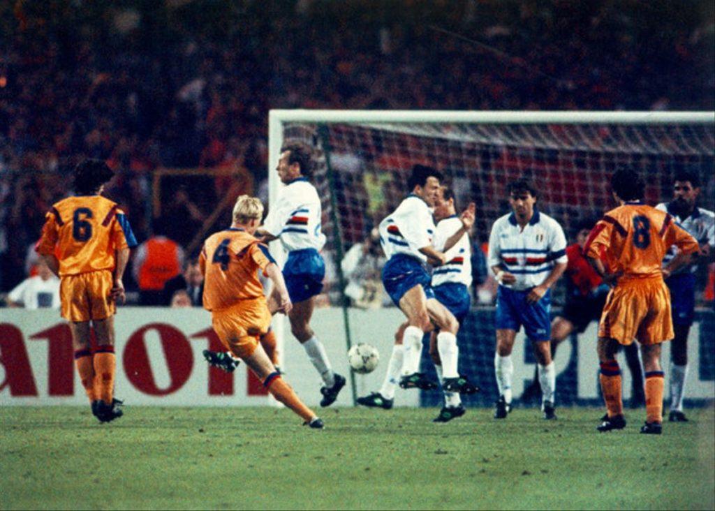 Koeman, con el dorsal 4 a la espalda,  marcando el gol para conseguir la primera Copa de Europa del FC Barcelona. Fuente: elPeriódico