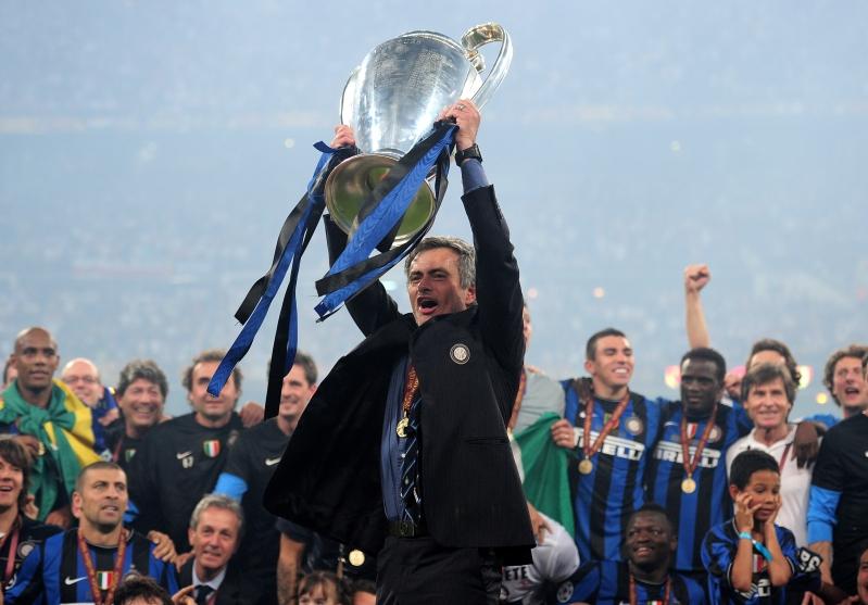José Mourinho levantando la Champions League con el Inter de Milán en 2010. Fuente: T13