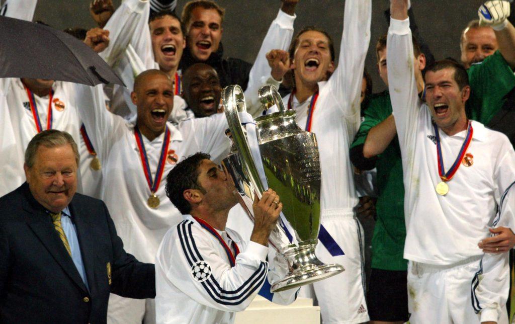 """Hierro, con el dorsal 4, alzando """"La Novena"""" como capitán del Real Madrid CF. Fuente: AFP PHOTO - Gerry Penny"""