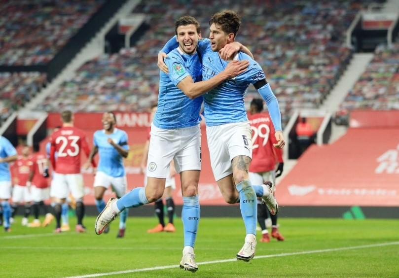 Rúben Dias y John Stones celebrando un gol del Manchester City en el derbi de Manchester. Fuente: EzAnime.net