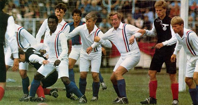 Pelé (izquierda) y Michael Caine (tercero por la derecha) en Evasión o victoria.