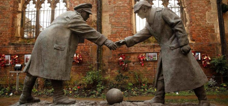 """Escultura bautizada como """"All Together Now"""" en homenaje de la Tregua de Navidad"""