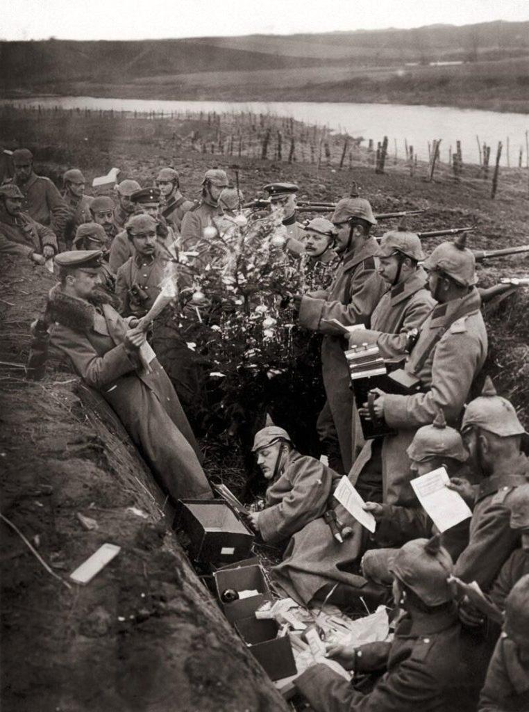 Alemanes rodeando el árbol de Navidad colocado en su trinchera, dando así inicio a la Tregua de Navidad. Fuente: Expedientes Bélicos