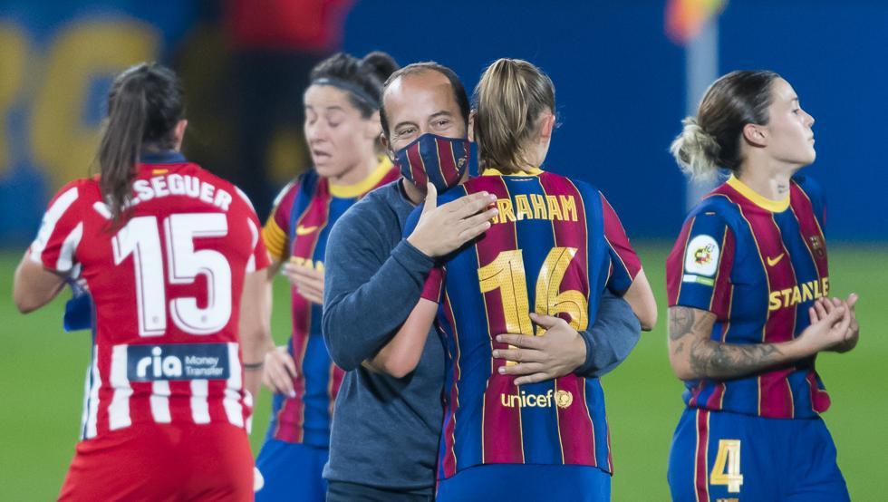 Lluís Cortés, entrenador del Barça femenino, se abraza con Graham tras el partido ante el Atlético de Madrid. Fuente: Pere Puntí