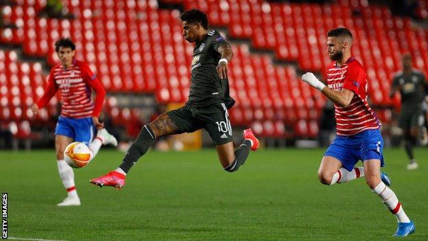 Marcus Rashford pugna un balón ante Domingos Duarte en la ida de los cuartos de final. Granada CF - Manchester United. Fuente: GETTY IMAGES