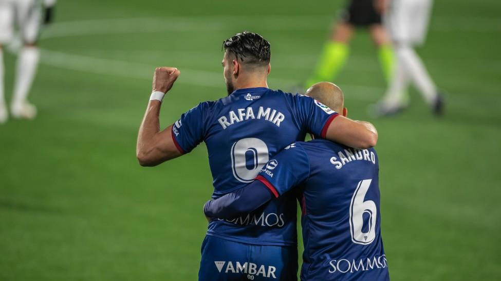 Rafa Mir celebrando su gol ante el Elche junto a Sandro.  Fuente: SD Huesca
