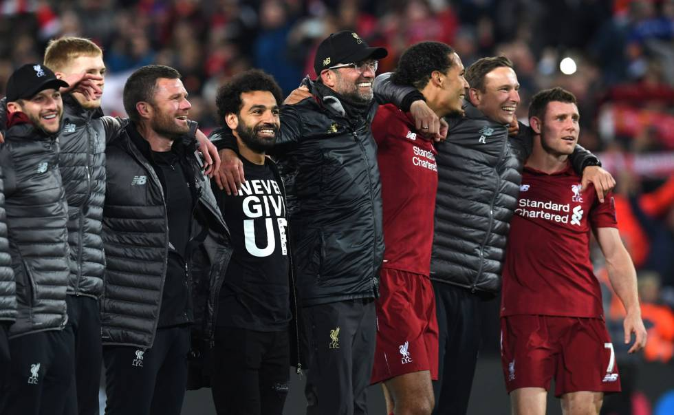 Jürgen Klopp abrazado a Salah y Van Dijk entre otros jugadores después de la remontada frente al FC Barcelona en Champions. Fuente: El País