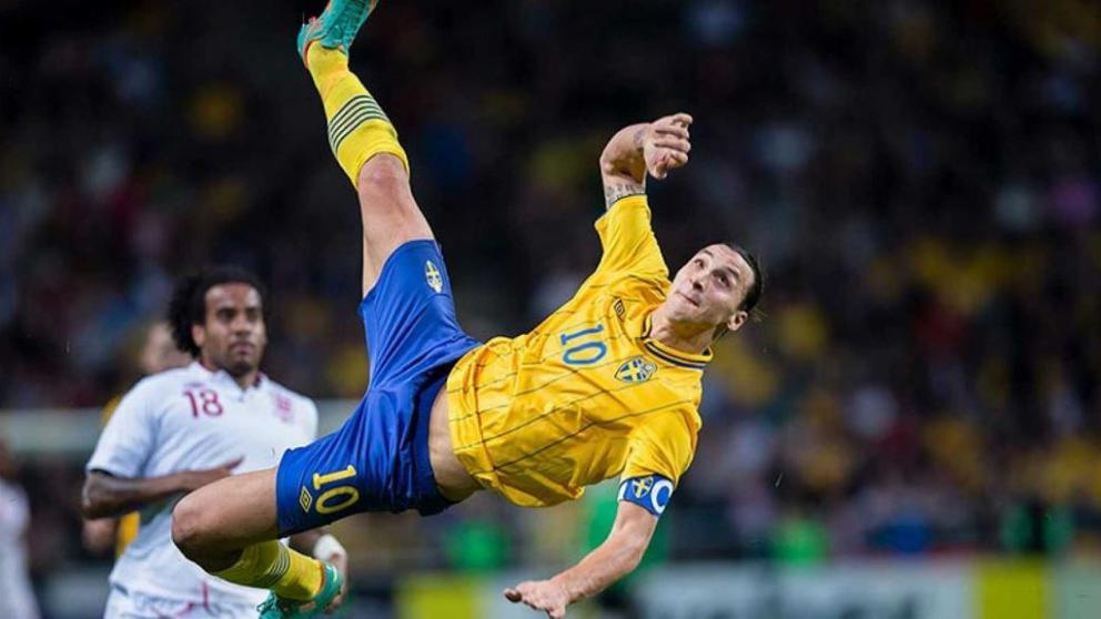 Zlatan Ibrahimovic con Suecia realizando su chilena desde 40 metros frente a Inglaterra. Delantero con 35 años o más. Fuente: Panenka