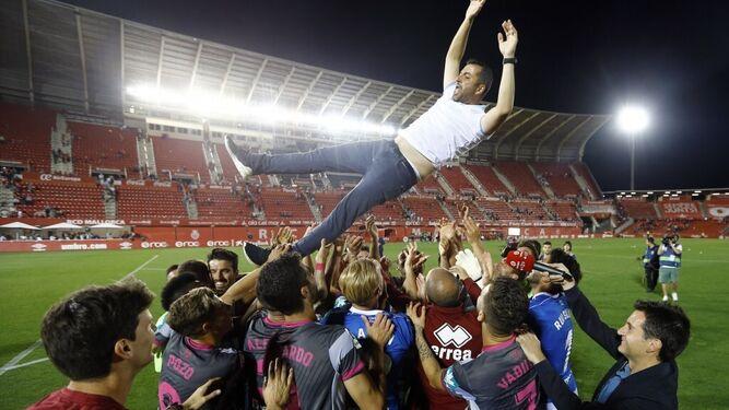 Los jugadores del Granada mantean a Diego Martínez tras ascender a Primera División. Fuente: Pepe Villoslada / Granada CF