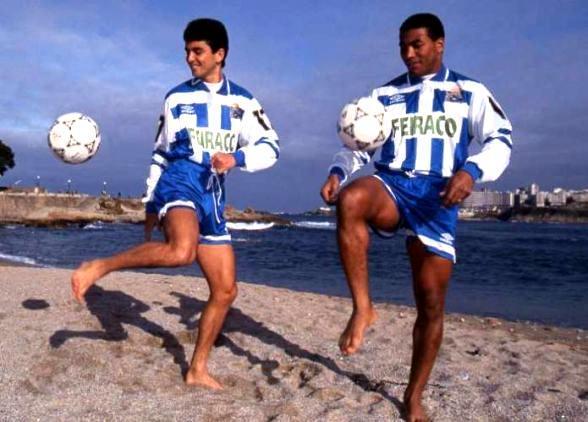 Bebeto y Mauro Silva en la playa de Riazor con la zamarra del Deportivo de la Coruña. Fuente: Pablo Ortega