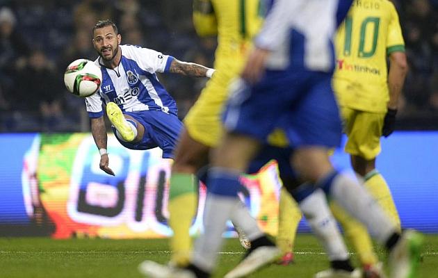 Ricardo Quaresma golpeando el balón con el exterior de su pierna derecha. Delanteros con 35 años o más. Fuente: Marca