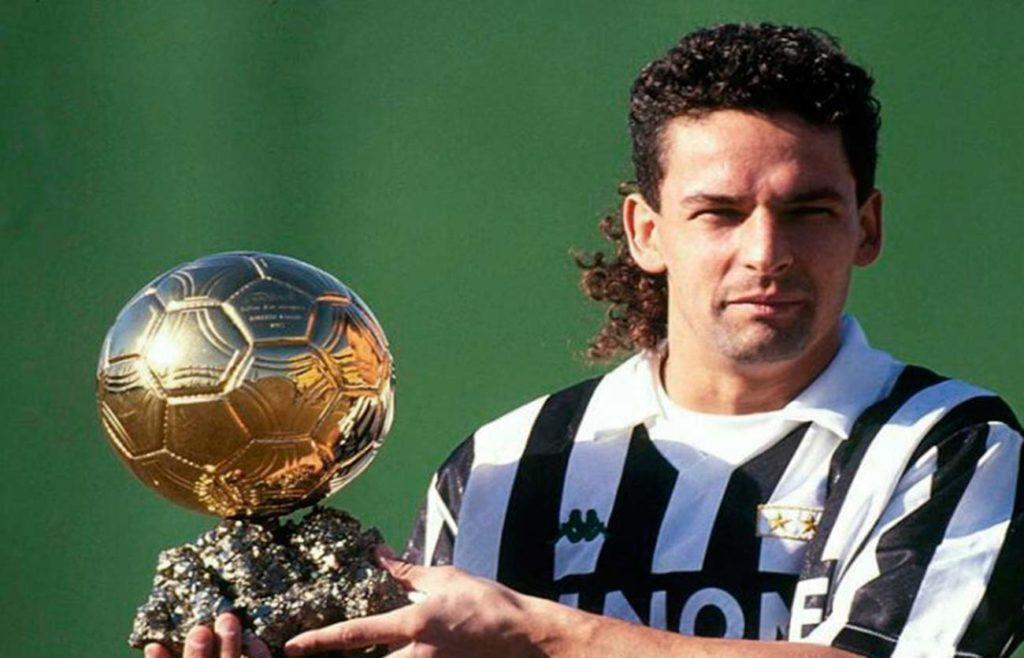 Roberto Baggio levantando el Balón de Oro de 1993. Fuente: Sooluciona
