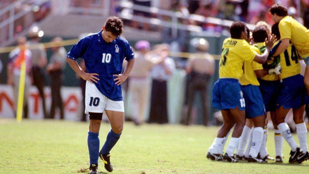 Roberto Baggio derrotado tras fallar el penalti decisivo en la final del Mundial de Estados Unidos 1994. Fuente: ESPN