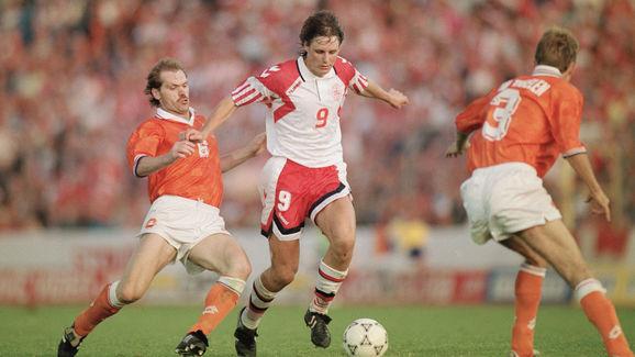 Flemming Povlsen disputa un balón con dos jugadores holandeses. Fuente: Getty Images